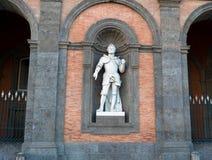 Statue sur la façade de Royal Palace, Naples Photographie stock libre de droits