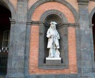 Statue sur la façade de Royal Palace, Naples Photo stock