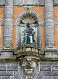 Statue sur la façade du musée occidental de la Norvège photo stock
