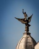 Statue sur le bâtiment à Madrid image stock