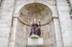 Statue sur le della Dea Roma de fontaine dans la place de Rome, capitale de l'Italie Photographie stock