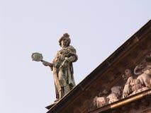 Statue sur le toit Photographie stock libre de droits