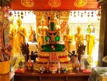 Statue in tempio buddista fotografie stock libere da diritti