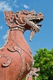 Statue thaïe de lion de type avec le ciel bleu Photos stock