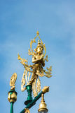 Statue thaïlandaise de bénédiction d'angle sur le poteau léger Photos libres de droits