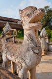 Statue thaïlandaise de lion de type avec le ciel bleu Photo stock