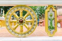 Statue Thammachak und Lotuss lizenzfreie stockbilder