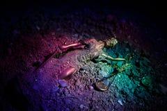 Statue tombée de Madame Justice avec l'échelle dans le sable Statue de justice perdue en sable Aucun concept de justice photographie stock