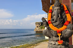 Statue traditionnelle de Dieu de Balinese, à l'océan, Bali, Indonésie Images libres de droits