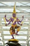Statue traditionnelle thaïlandaise dans l'aéroport de Suvanaphumi Images stock