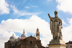 Statue und Basilika von Santa Giustina in Padua Stockbilder
