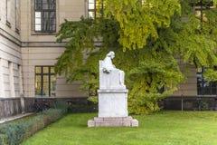 Statue und Fassade von Humboldt-Universität in Berlin stockbild