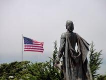 Statue und Flagge Stockfoto