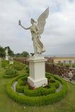 Statue und Garten lizenzfreie stockbilder