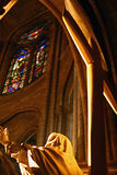 Statue und Kreuz in Notre Dame Stockfotos