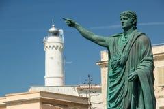 Statue und Leuchtturm Nero in Anzio, Italien Stockbild