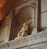 Statue unserer Dame, die das Kind auf ihrem Schoss hält Lizenzfreies Stockfoto