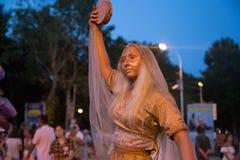 Statue vivante d'une fille dans un costume Image stock