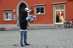 Statue vivante, homme avec le journal photo stock