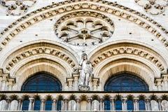Statue von Adam auf dem Balkon auf dem Nord- Turm des Haupt-fac Stockbilder