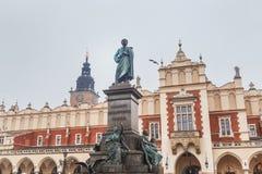 Statue von Adam Mickiewicz auf dem Hauptplatz in Krakau in der alten Stadt in Krakau Lizenzfreies Stockbild