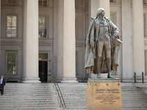 Statue von Albert Gallatin am Fiskus-Gebäude in Washington stockfotos