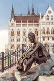 Statue von Atilla Jozsef in Budapest lizenzfreie stockbilder