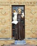 Statue von Bernhardiner in der Front der Kirche von Bernhardiner in Brooklyn, NY Lizenzfreies Stockbild
