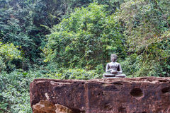 Statue von Buddha auf dem Felsen in der Kood Insel Lizenzfreies Stockfoto