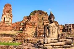 Statue von Buddha bei Wat Mahathat stockfotos