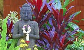 Statue von Buddha im Garten Lizenzfreie Stockfotos