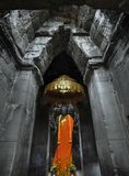 Statue von Buddha im Schrein mit Weihrauch, Angebote Stockbilder