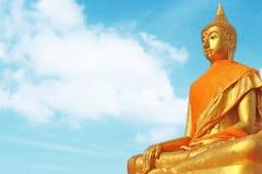 Statue von Buudha mit Himmelhintergrund Lizenzfreie Stockfotografie