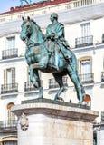 Statue von Carlos III bei Puerta del Sol (Zugang des Sun), wütend stockbilder