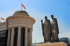 Statue von Cyril und von Methodius neben dem mazedonischen Archeologica stockfotos
