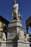 Statue von Dante in den Marktplatzdi Santa Croce in Florenz, Italien Stockbilder