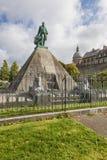 Statue von egyptologist Auguste Mariette auf Pyramide in Boulogne-s lizenzfreie stockfotos