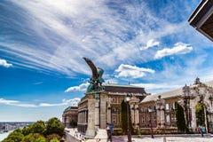Statue von einem Turul auf dem Geländer von Buda Castle Stockfotografie