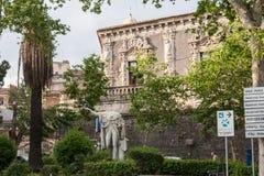 Statue von Ferdinand I vor Palazzo Biscari, Sizilien, Italien lizenzfreies stockbild