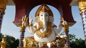 Statue von Ganesha im hindischen Tempel Statue von Ganapati mit goldenen Dekorationen und dem Elefantkopf gelegen im Yard von stock video