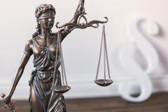 Statue von Gerechtigkeit - Dame Gerechtigkeit oder Justitia Stockfotos