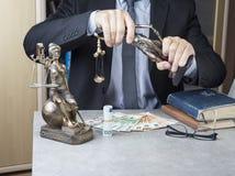 Statue von Gerechtigkeit Themis mit Geldeuros und -dollar Bestechungsgeld und Verbrechenkonzept stockfotos