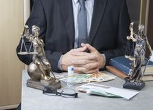 Statue von Gerechtigkeit Themis mit Geldeuros und -dollar Bestechungsgeld und Verbrechenkonzept lizenzfreies stockbild