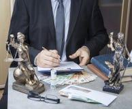 Statue von Gerechtigkeit Themis mit Geldeuros und -dollar Bestechungsgeld und Verbrechenkonzept lizenzfreie stockfotos