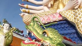 Statue von Guanyin im Yard des Buddhismustempels Statue von Guan Yin mit vielen Armen gelegen im Yard des traditionellen Buddhist stock video