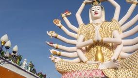 Statue von Guanyin im Yard des Buddhismustempels Statue von Guan Yin mit vielen Armen gelegen im Yard des traditionellen Buddhist stock footage