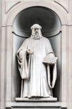 Statue von Guido-d'Arezzo in Uffizi-Gasse in Florenz, Italien Stockfotos