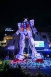 Statue von Gundam-Modell nachts genommen bei Odaiba Tokyo lizenzfreie stockfotos