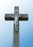 Statue von Jesus auf einem Steinkreuz stockfoto