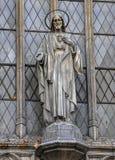 Statue von Jesus Christ über dem Eingang zur Kathedrale von Sar stockfotos
